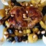 Poulet mhamar ( rôti ) aux manioc et pruneaux
