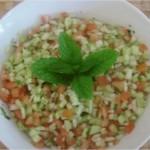 Salade de concombre, tomate et oignon